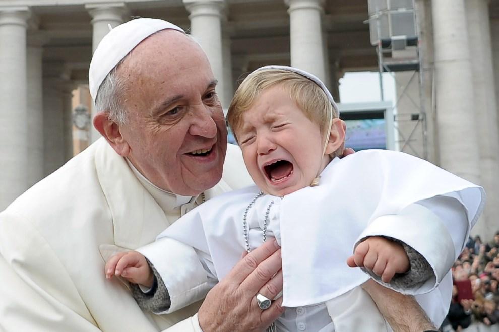22.WATYKAN, 26 lutego 2014: Papież Franciszek wita się z małym chłopcem podczas audiencji generalnej. AFP PHOTO / OSSERVATORE ROMANO