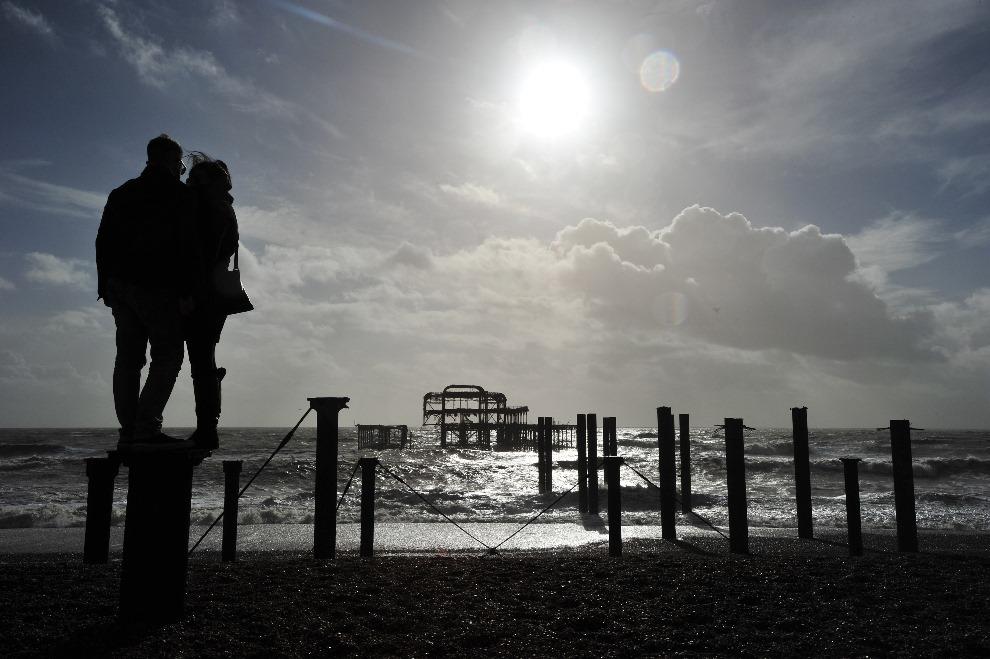 22. WIELKA BRYTANIA, Brighton, 15 lutego 2014: Para zakochanych na plaży w Brighton. AFP PHOTO/GLYN KIRK