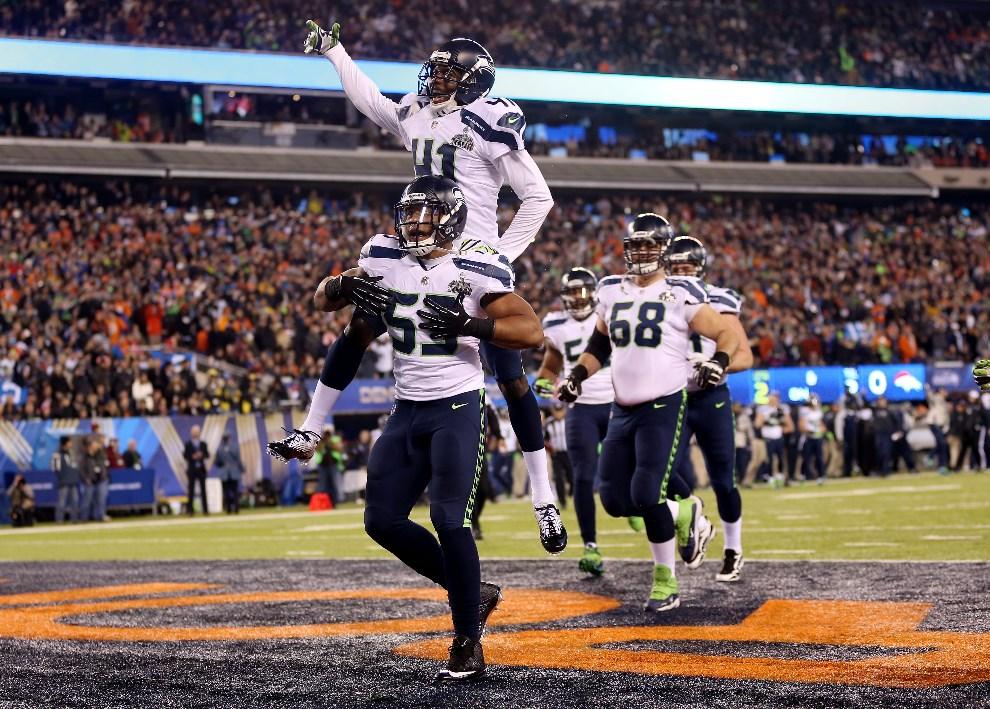 22.USA, East Rutherford, 2 lutego 2014: Zawodnicy Seattle Seahawks cieszą się ze zdobytych punktów. (Foto: Jeff Gross/Getty Images)