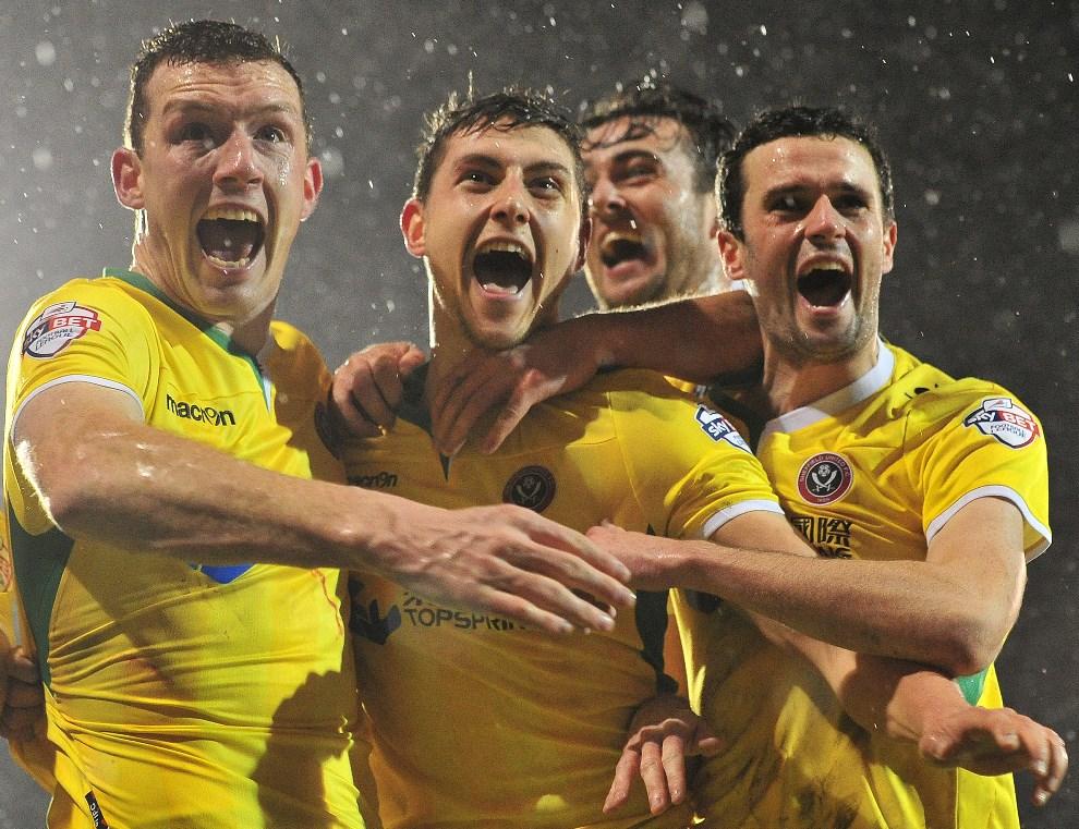 23. WIELKA BRYTANIA, London, 4 lutego 2014: Shaun Miller (w środku) z Sheffield United cieszy się ze zdobytej bramki w meczu z  Fulham. AFP PHOTO / GLYN KIRK