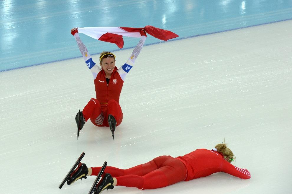 23.ROSJA, Soczi, 22 lutego 2014: Polskie panczenistki po zdobyciu srebrnego medalu. AFP PHOTO / DAMIEN MEYER