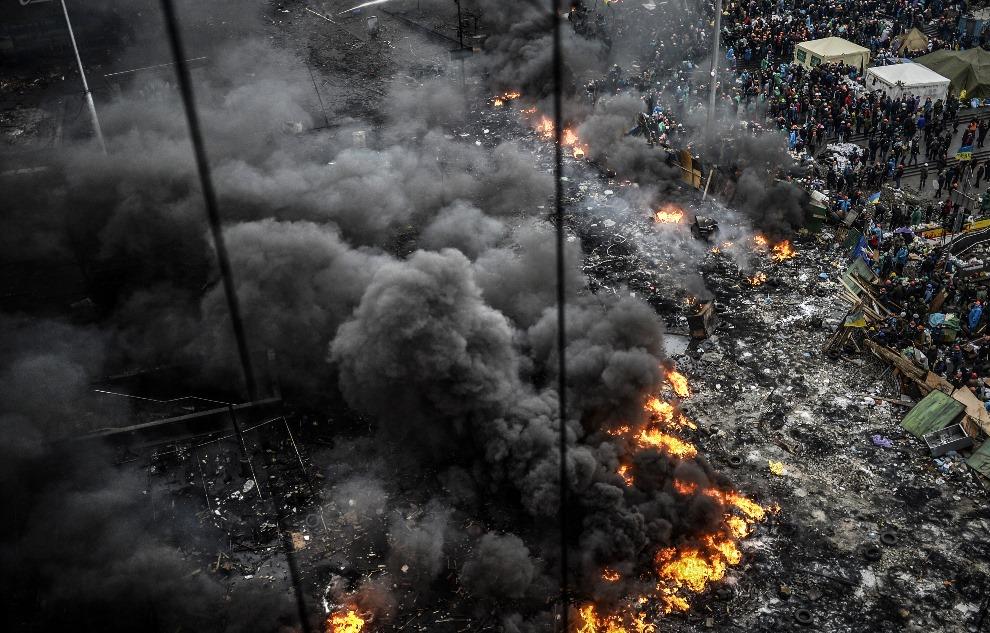 23.UKRAINA, Kijów, 20 lutego 2014: Płonąca barykada rozdzielająca milicję i protestujących. AFP PHOTO/BULENT KILIC