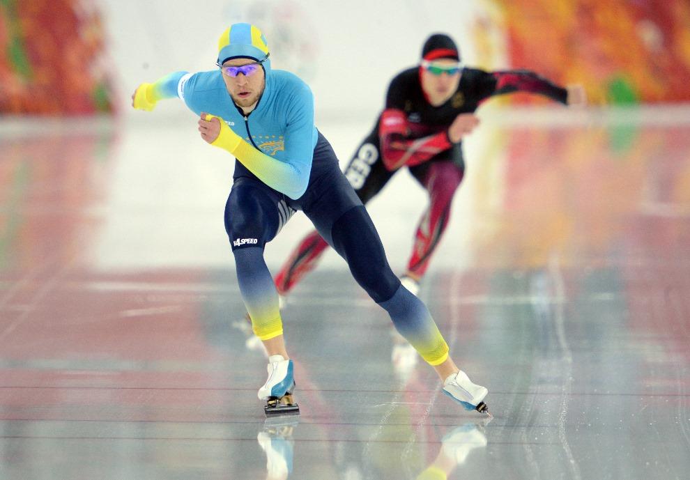 23. ROSJA, Soczi, 18 lutego 2014: Kazach Dmitrij Babenko (po lewej) i Niemiec Patrick Beckert podczas wyścigu na dystansie 10000 m. AFP PHOTO / YURI KADOBNOV