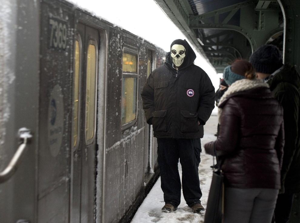 23.USA, Nowy Jork, 13 lutego 2014: Mężczyzna w masce chroniącej przed mrozem, czeka na przyjazd kolejki miejskiej. AFP PHOTO Don Emmert