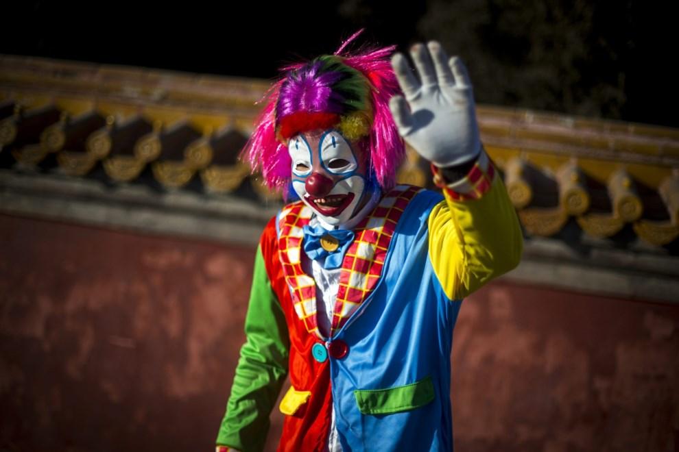 23.CHINY, Pekin, 3 lutego 2014: Mężczyzna w stroju klauna pozdrawia gości w parku. EPA/DIEGO AZUBEL Dostawca: PAP/EPA.