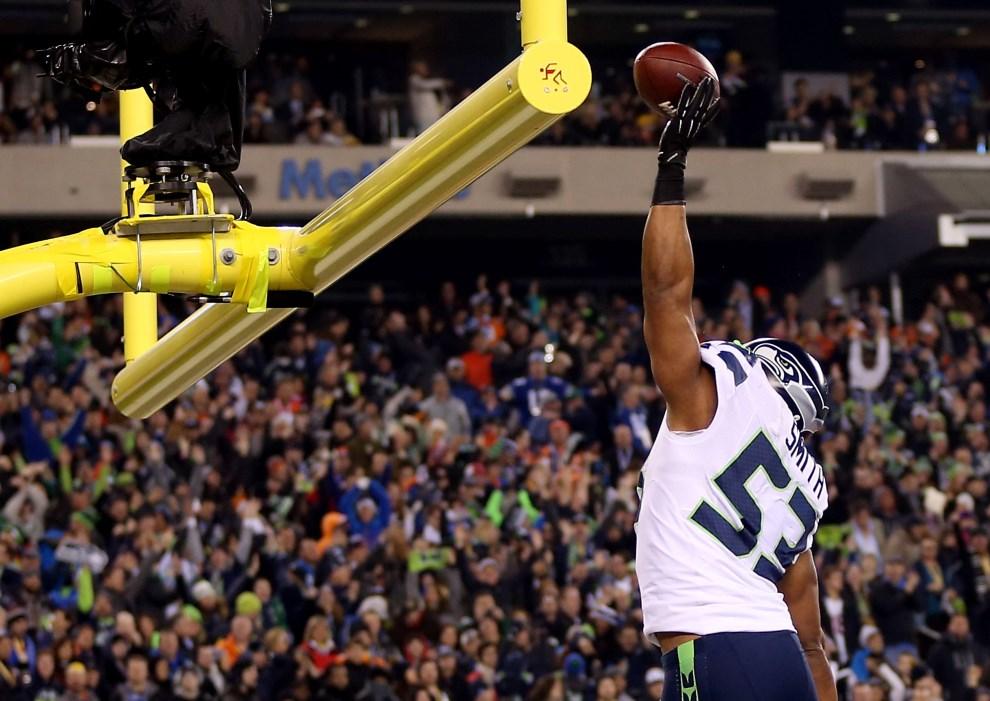 24.USA, East Rutherford, 2 lutego 2014: Malcolm Smith cieszy się ze zdobytych punktów. Jeff Gross/Getty Images/AFP