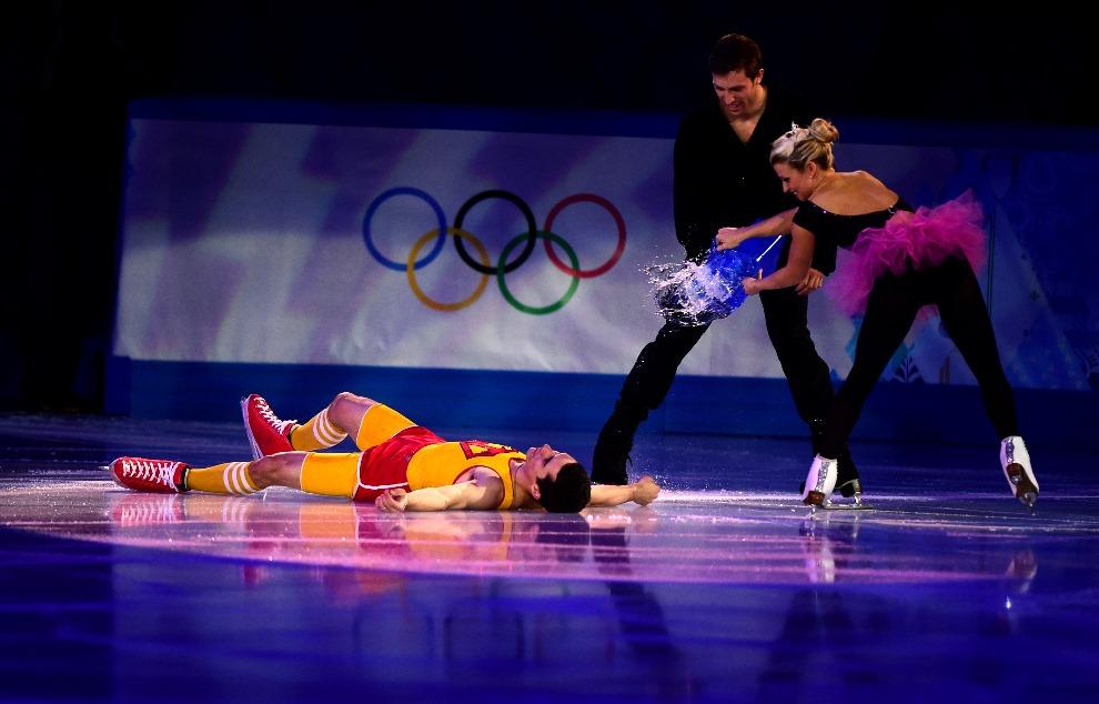 24.ROSJA, Soczi, 22 lutego 2014: Hiszpan Javier Fernandez podczas gali łyżwiarstwa figurowego. AFP PHOTO / JOHN MACDOUGALL