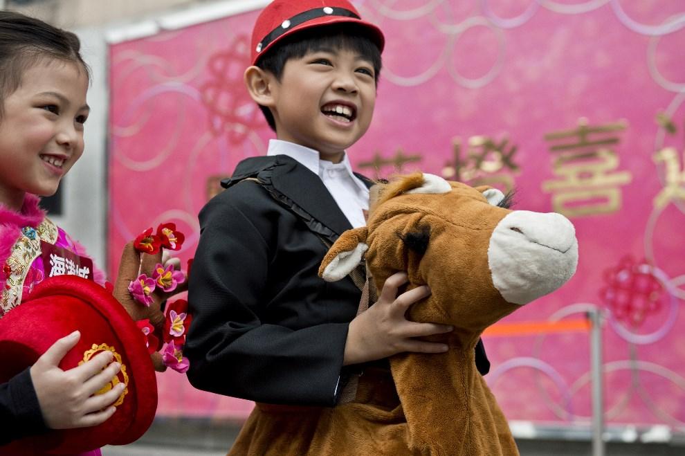 24.CHINYA, Hongkong, 4 lutego 2014: Dzieci uczestniczące w paradzie noworocznej. AFP PHOTO / ALEX OGLE