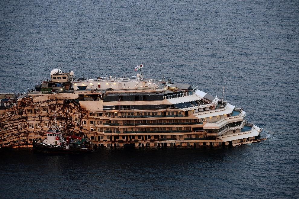 24.WŁOCHY, Giglio Island, 26 lutego 2014: Wrak Costa Concordia w Giglio. AFP PHOTO/Filippo MONTEFORTE