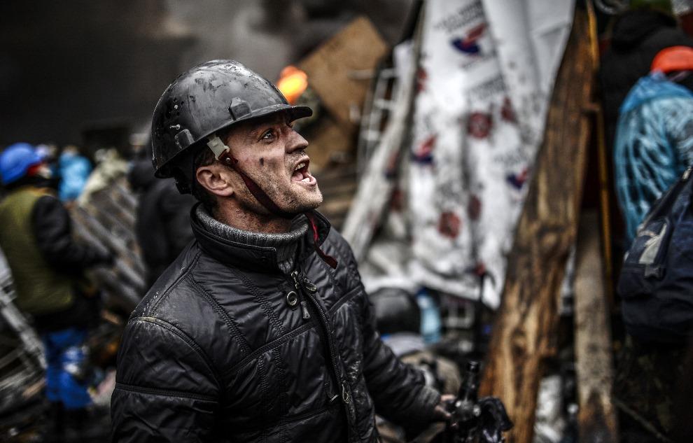 24.UKRAINA, Kijów, 20 lutego 2014: Mężczyzna walczący na barykadzie. AFP PHOTO / BULENT KILIC