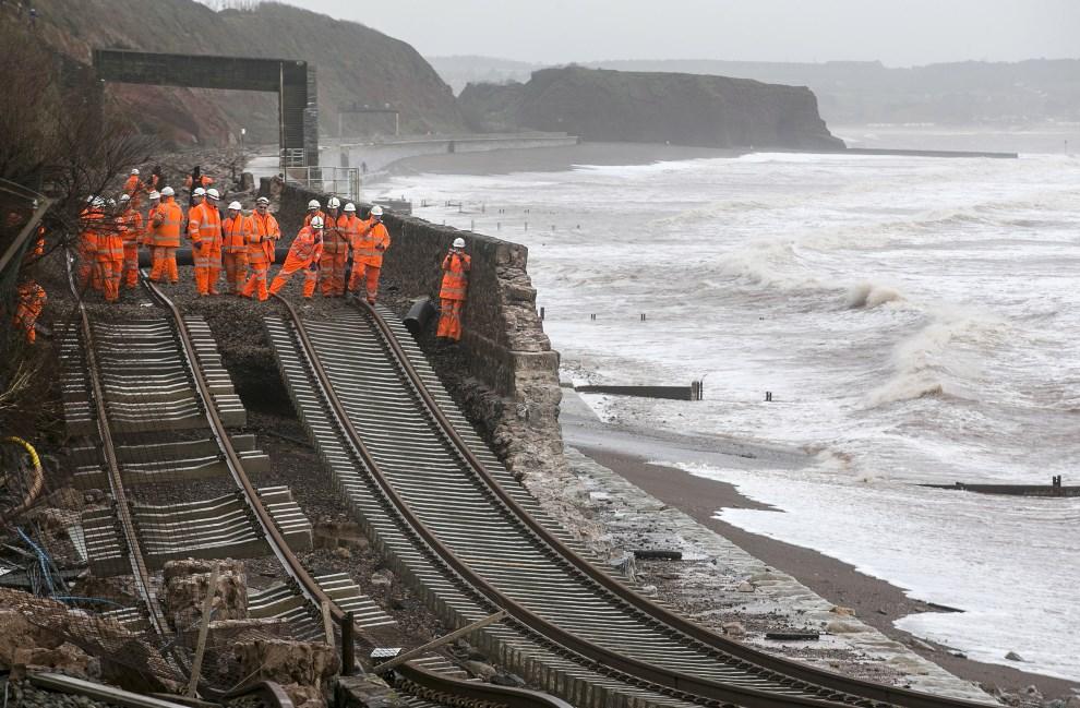 24.WIELKA BRYTANIA, Dawlish, 5 lutego 2014: Pracownicy kolei sprawdzają zniszczony fragment torów. (Foto: Matt Cardy/Getty Images)