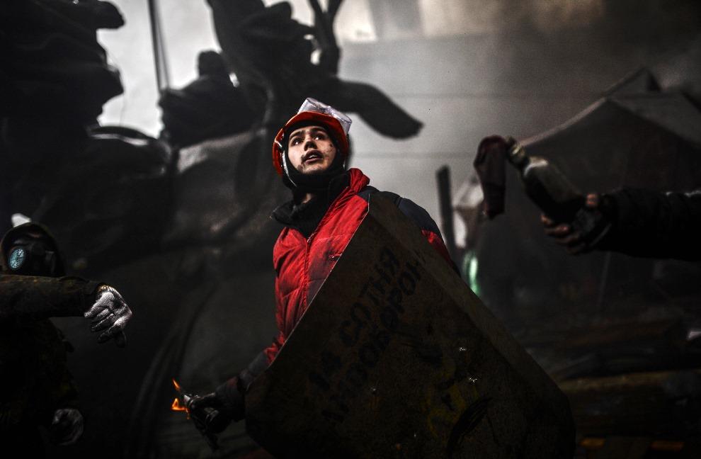 25.UKRAINA, Kijów, 20 lutego 2014: Protestujący trzyma butelkę z koktajlem Mołotowa. AFP PHOTO / BULENT KILIC