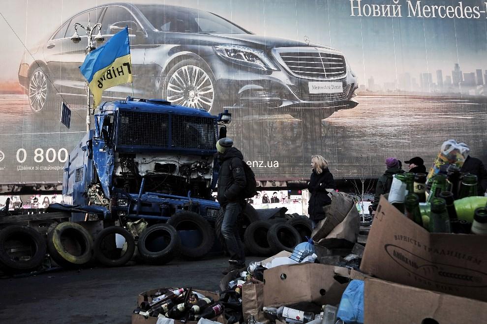 25.UKRAINA, Kijów, 24 lutego 2014: Pozostałość po milicyjnej armatce wodnej. AFP PHOTO/ LOUISA GOULIAMAKI