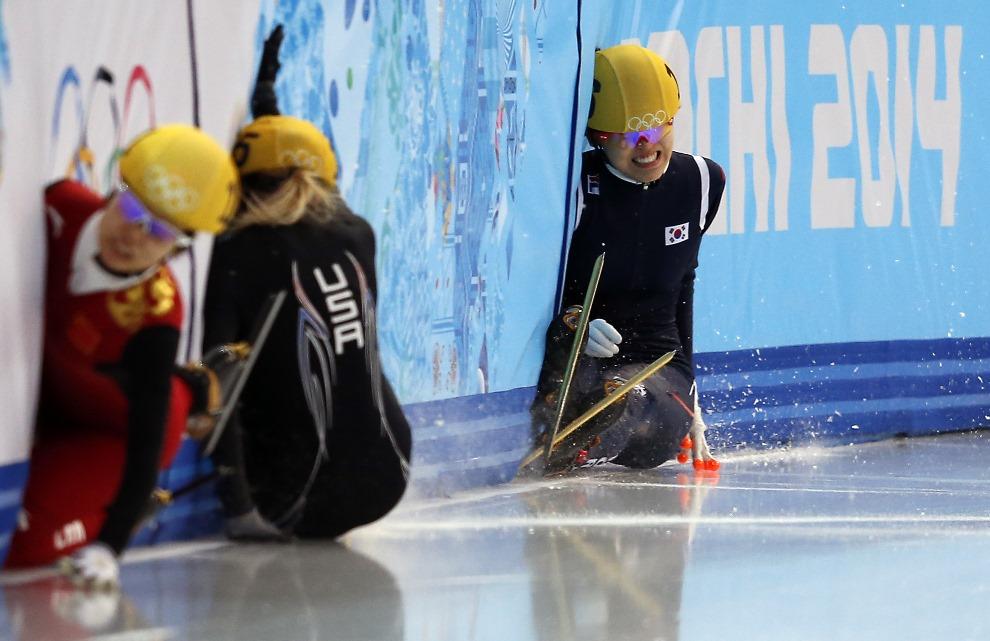 25. ROSJA, Soczi, 15 lutego 2014: Upadek zawodniczek podczas wyścigu na krótkim torze. AFP PHOTO / ADRIAN DENNIS