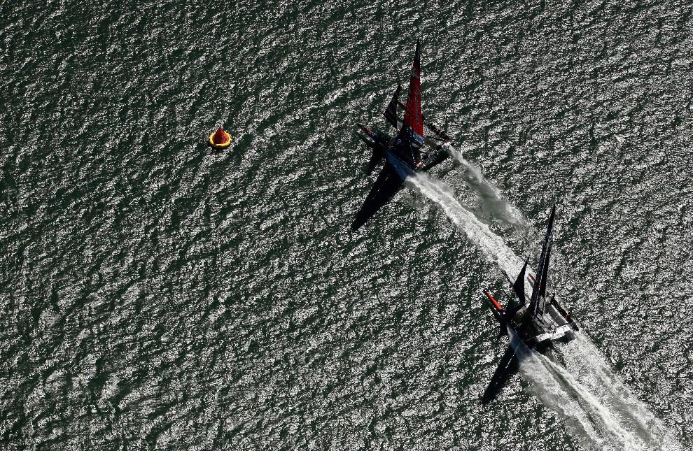 25.USA, San Francisco, 7 września 2013: Walka o pozycję między załogami Emirates Team New Zealand i Oracle Team USA. (Foto: Ezra Shaw/Getty Images)