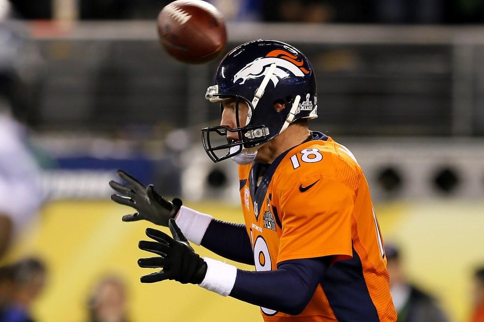 25.USA, East Rutherford, 2 lutego 2014: Peyton Manning mija się z podaną do niego piłką. (Foto: Kevin C. Cox/Getty Images)