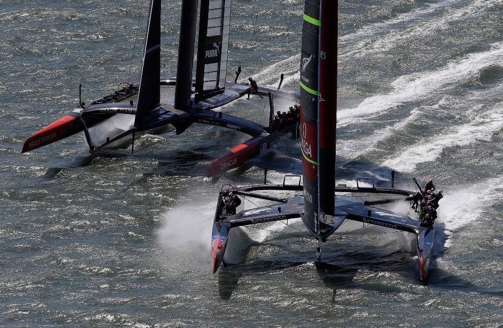 26.USA, San Francisco, 7 września 2013: Załogi Emirates Team New Zealand i Oracle Team USA  w bezpośrednim starciu. (Foto: Ezra Shaw/Getty Images)
