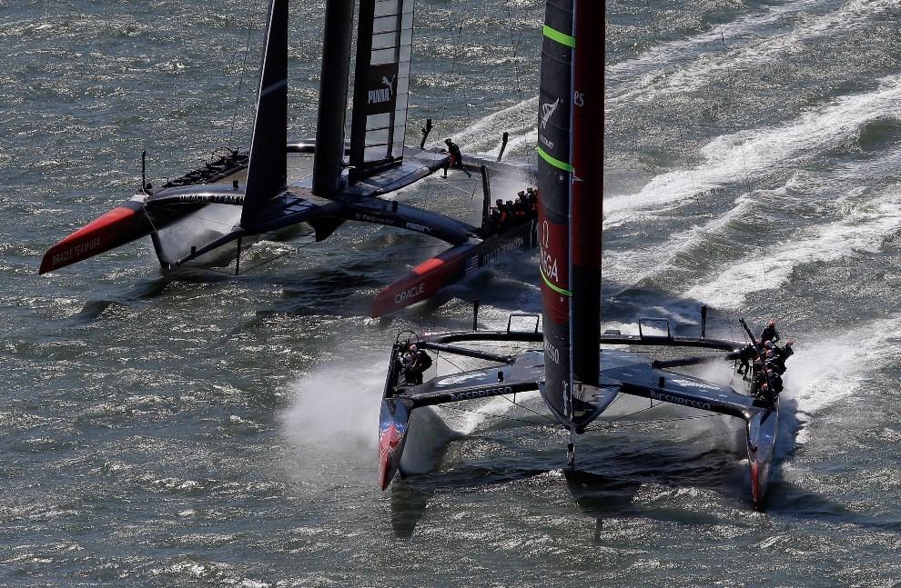 26.USA, San Francisco, 7 września 2013: Załogi Emirates Team New Zealand i Oracle Team USA  w bezpośrednim starciu. (Foto: Ezra Shaw/Getty Images)