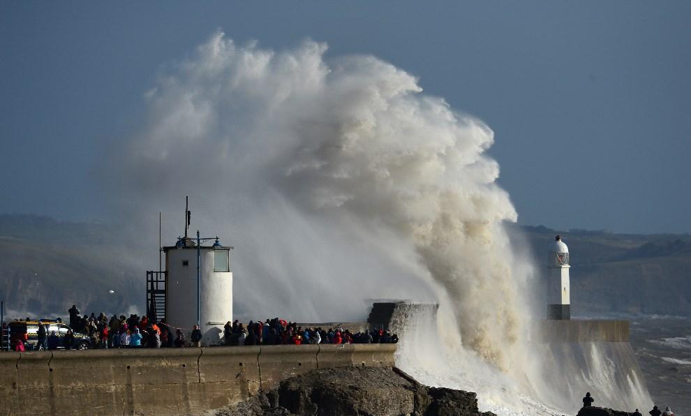 26.WIELKA BRYTANIA, Porthcawl, 9 lutego 2014: Fale rozbijające się o falochron. (Foto: Stu Forster/Getty Images)