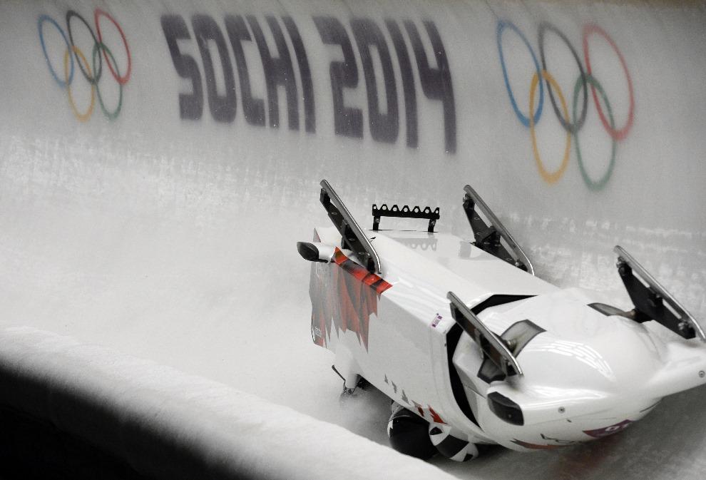 27.0 ROSJA, Krasna Polana, 22 lutego 2014: Wypadek kanadyjska osady bobslejowej. AFP PHOTO / LIONEL BONAVENTURE