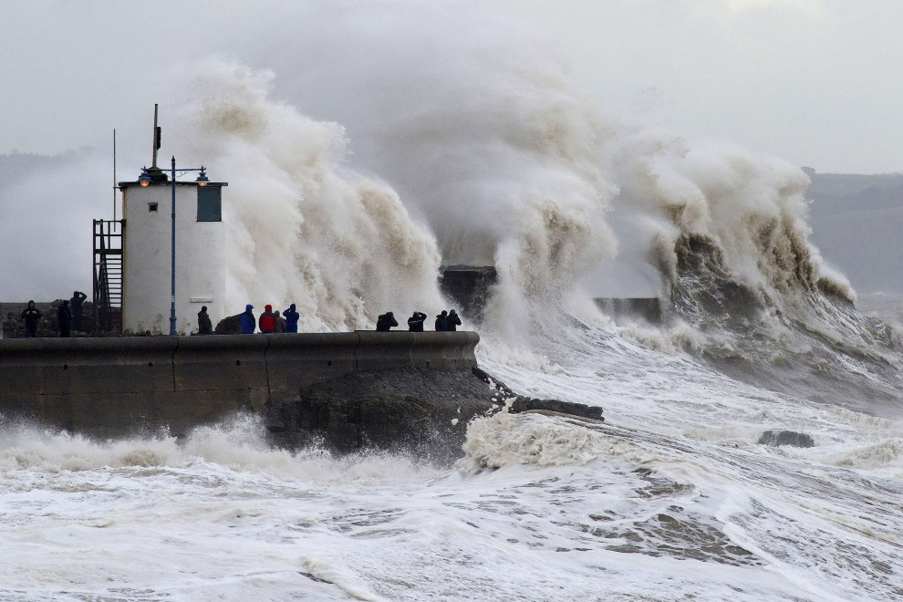 27.WIELKA BRYTANIA, Porthcawl, 5 lutego 2014: Fale napierające na falochron w porcie. (Foto: Matthew Horwood/Getty Images)