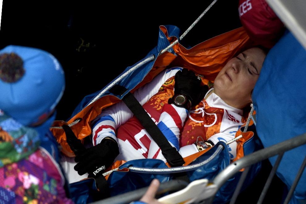 28.ROSJA, Krasna Polana, 21 lutego 2014: Marie Laure Brunet (Francja) transportowana po doznaniu kontuzji. AFP PHOTO / ODD ANDERSEN