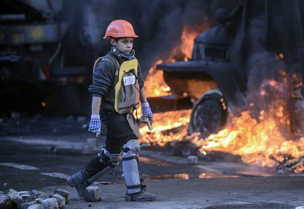 28.UKRAINA, Kijów, 18 lutego 2014: Młody chłopak walczący po stronie opozycjonistów. AFP PHOTO/ ANDREW KRAVCHENKO