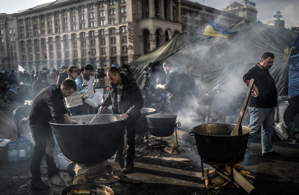 28.UKRAINA, Kijów, 21 lutego 2014: Przygotowywane posiłków dla protestujących. FP PHOTO / BULENT KILIC