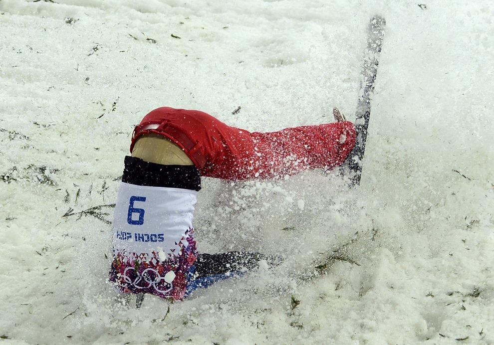 28. ROSJA, Krasna Polana, 17 lutego 2014: Chińczyk Jia Zongyang zalicza upadek na torze narciarstwa dowolnego. AFP PHOTO / FRANCK FIFE