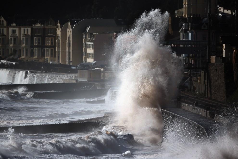 28.WIELKA BRYTANIA, Dawlish, 8 lutego 2014: Fale przelewające się przez mur chroniący miasto. (Foto: Dan Kitwood/Getty Images)