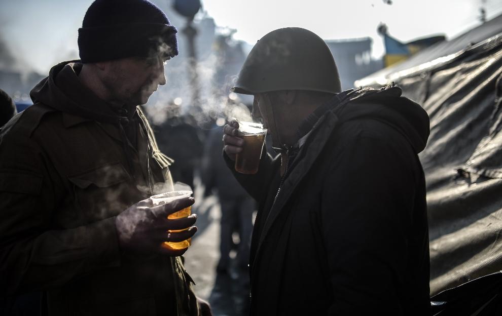 29.UKRAINA, Kijów, 21 lutego 2014: Mężczyźni pijący herbatę. AFP PHOTO / BULENT KILIC
