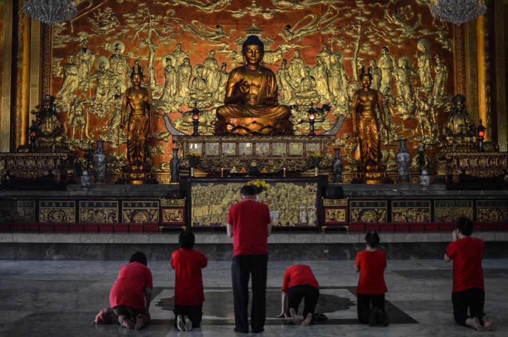 29.FILIPINY, Manila, 31 stycznia 2014: Ludzie modlący się w świątyni Seng Guan. (Foto:  Dondi Tawatao/Getty Images)