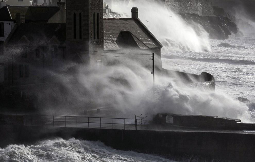 29.WIELKA BRYTANIA, Porthleven, 8 lutego 2014: Fale atakujące budynki położone najbliżej linii brzegowej. (Foto: Matt Cardy/Getty Images)