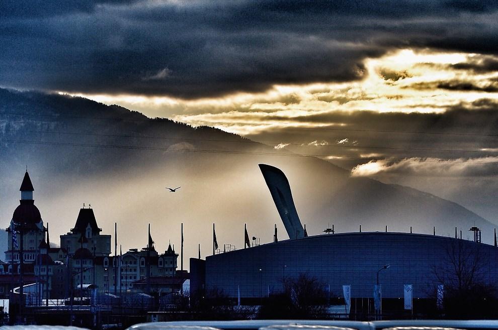 2.ROSJA, Soczi, 5 lutego 2014: Słońce wschodzące nad stadionem Olimpijskim. (Foto: Pascal Le Segretain/Getty Images)