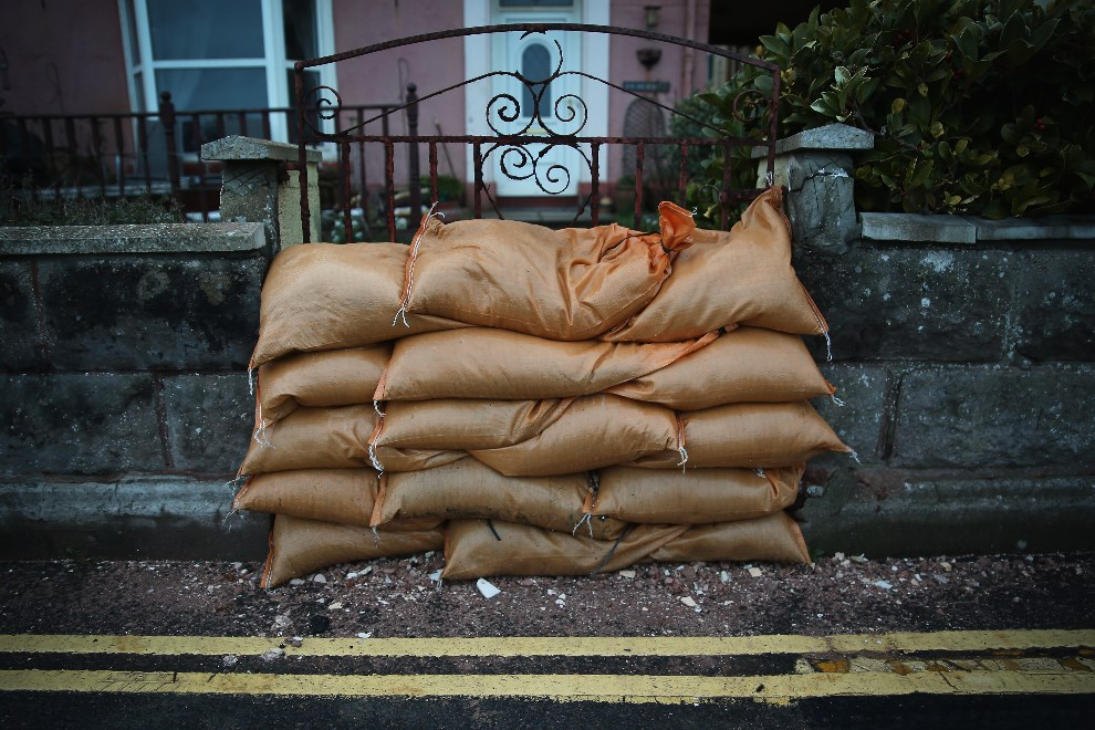 2.WIELKA BRYTANIA, Dawlish, 7 lutego 2014: Worki z piaskiem zabezpieczają wejście do posesji. (Foto: Dan Kitwood/Getty Images)