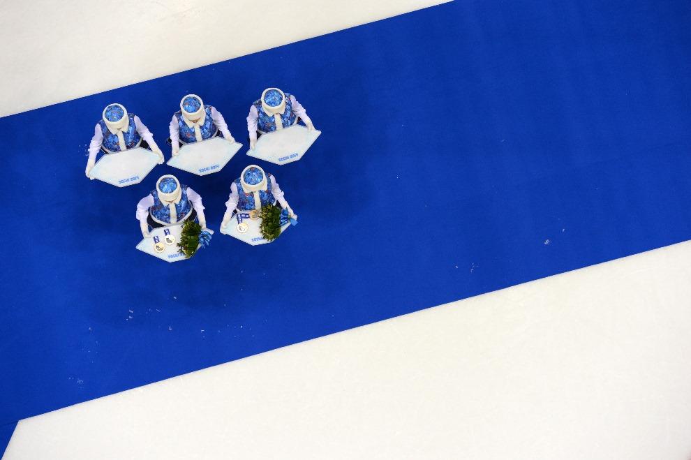 30.ROSJA, Soczi, 20 lutego 2014: Hostessy podczas ceremonii medalowej. AFP PHOTO / ALEXANDER NEMENOV
