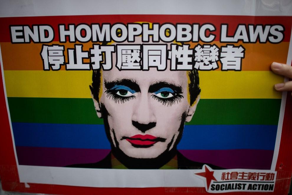 30.CHINY, Hongkong, 7 lutego 2014: Plakat z podobizną Władimira Putina podczas protestów środowisk LGBT. AFP PHOTO / Philippe Lopez