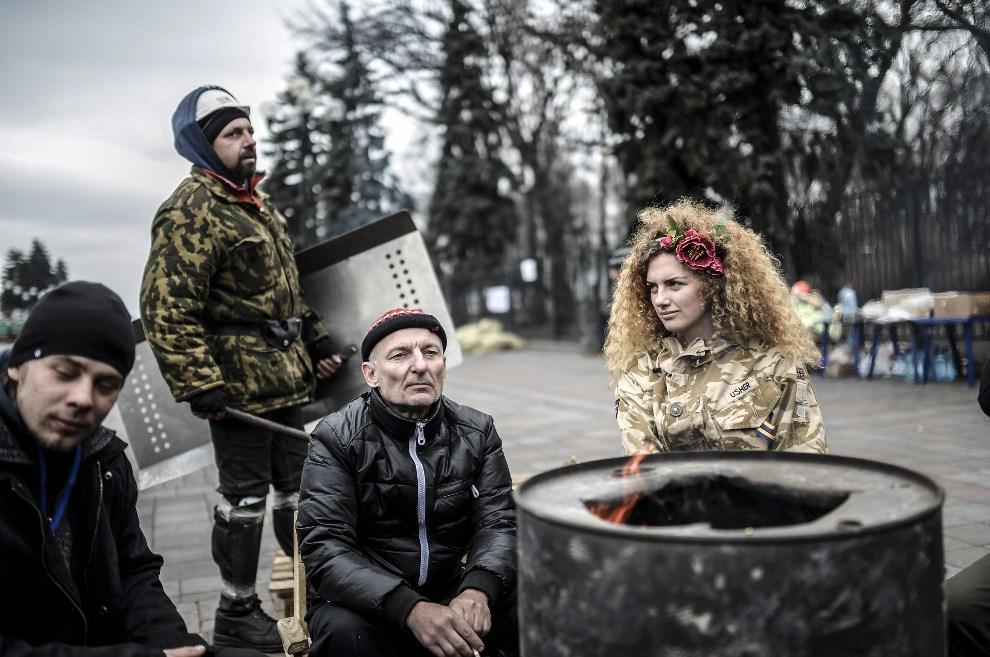 30.UKRAINA, Kijów, 25 lutego 2014: Opozycjoniści przed budynkiem parlamentu. AFP PHOTO/BULENT KILIC
