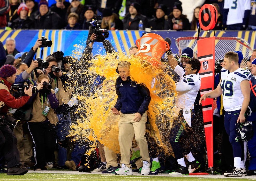 30.USA, East Rutherford, 2 lutego 2014: Zawodnicy Seattle Seahawks wylewają Gatorade na głowę trenera, Pete'a Carrolla. (Foto: Rob Carr/Getty Images)