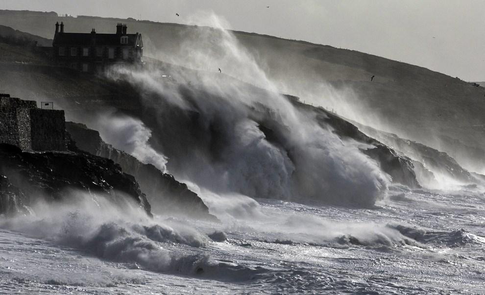 30.WIELKA BRYTANIA, Porthleven, 8 lutego 2014: Fale morskie napierają na brzeg w Porthleven. (Foto: Matt Cardy/Getty Images)