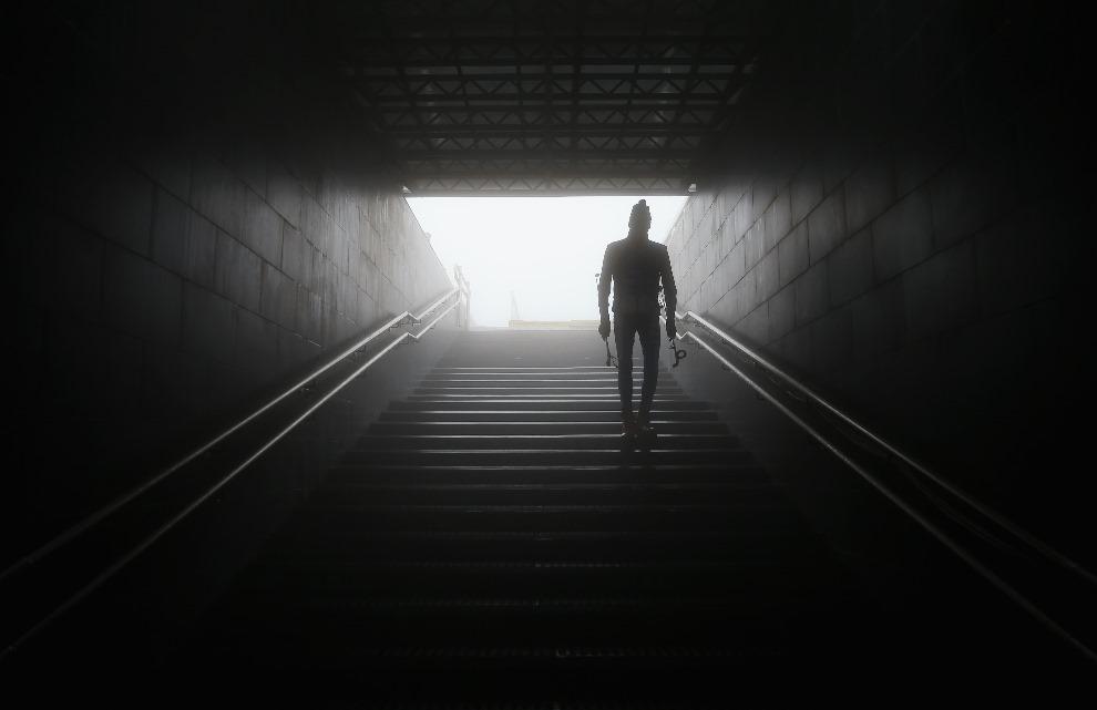 30. ROSJA, Soczi, 17 lutego 2014: Jeden z trenerów opuszcza stadion gdzie przełożono start biegu mężczyzn na dystansie 15 km. (Foto: Richard Heathcote/Getty   Images)