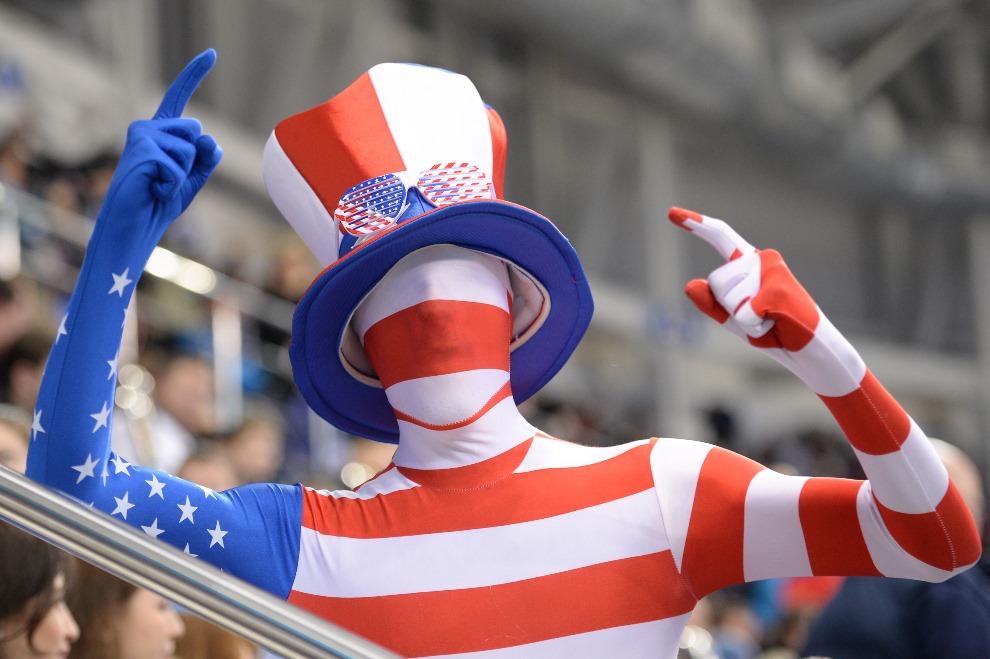 31.ROSJA, Soczi, 19 lutego 2014: Amerykański kibic na trybunie meczu hokeja. AFP PHOTO / JUNG YEON-JE