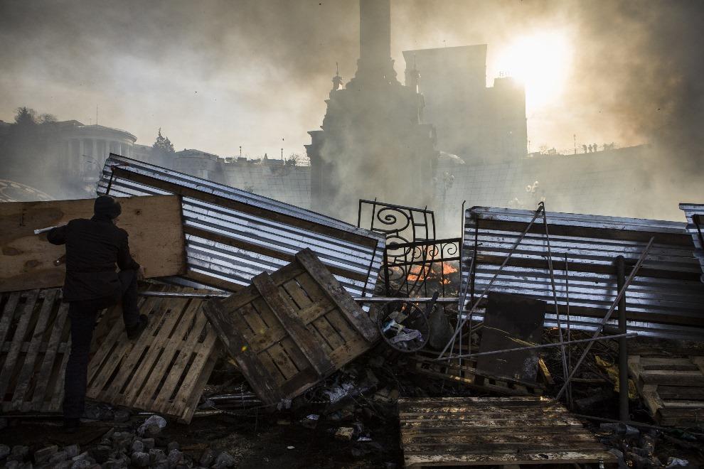 31.UKRAINA, Kijów, 19 lutego 2014: Barykada w centrum Kijowa. AFP PHOTO / SANDRO MADDALENA