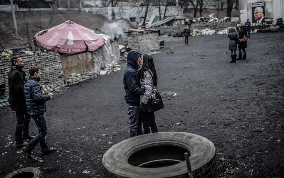 31.UKRAINA, Kijów, 25 lutego 2014: Całująca się para. AFP PHOTO / BULENT KILIC