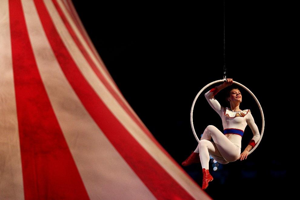 32.ROSJA, Soczi, 23 lutego 2014: Akrobatka podczas uroczystości zamykającej Olimpiadę. (Foto: Paul Gilham/Getty Images)