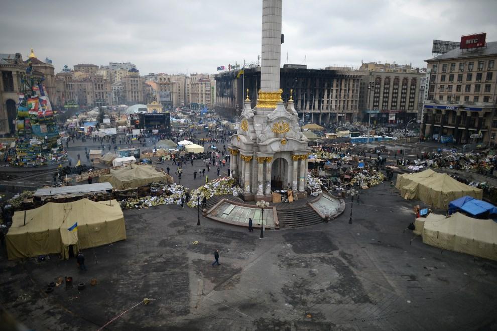 32.UKRAINA, Kijów, 25 lutego 2014: Widok na Plac Niepodległości. (Foto: Jeff J Mitchell/Getty Images)