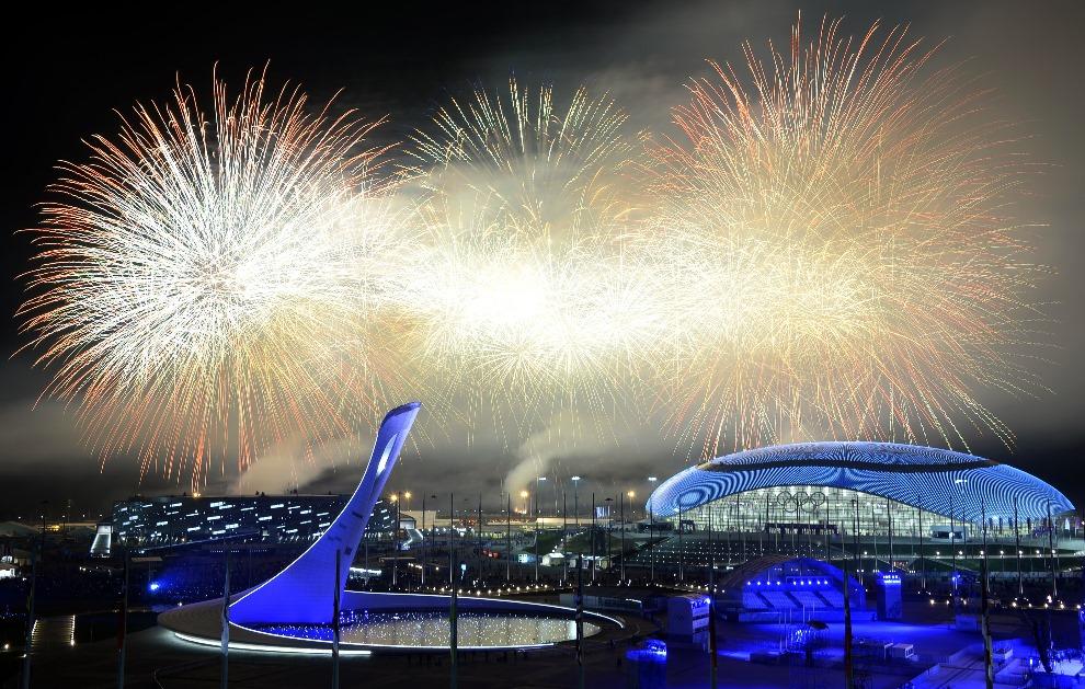 36.ROSJA, Soczi, 23 lutego 2014: Sztuczne ognie nad Stadionem Olimpijskim w Soczi podczas ceremonia zamknięcia zimowych igrzysk olimpijskich. AFP PHOTO / ALEXANDER NEMENOV