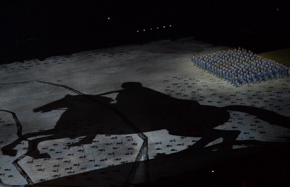 3.ROSJA, Soczi, 7 lutego 2014: Cień Piotra Wielkiego podczas uroczystości otwarcia. AFP PHOTO / YURI KADOBNOV