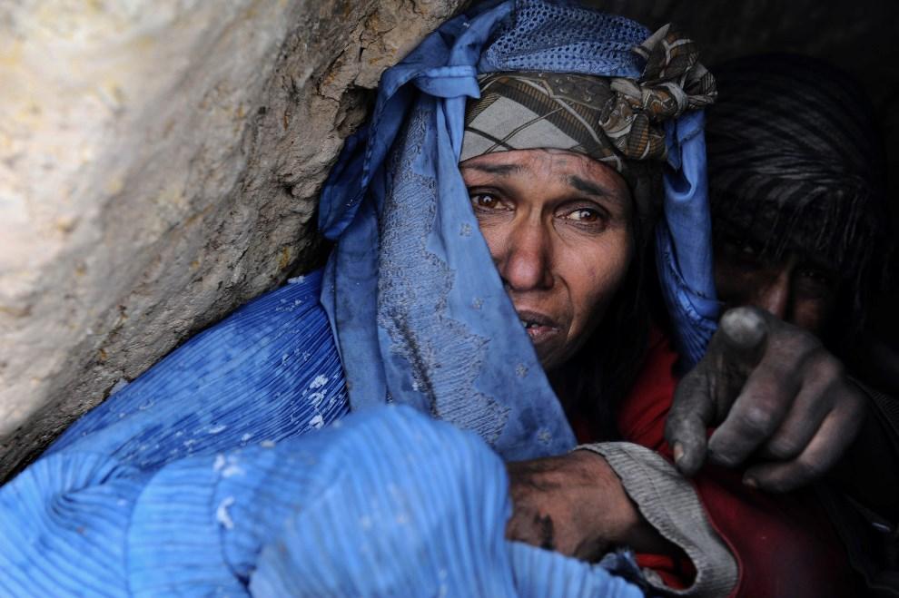 3. AFGANISTAN, Herat, 1 lutego 2014: Narkomani chroniący się przed padającym śniegiem. AFP PHOTO/ Aref Karimi