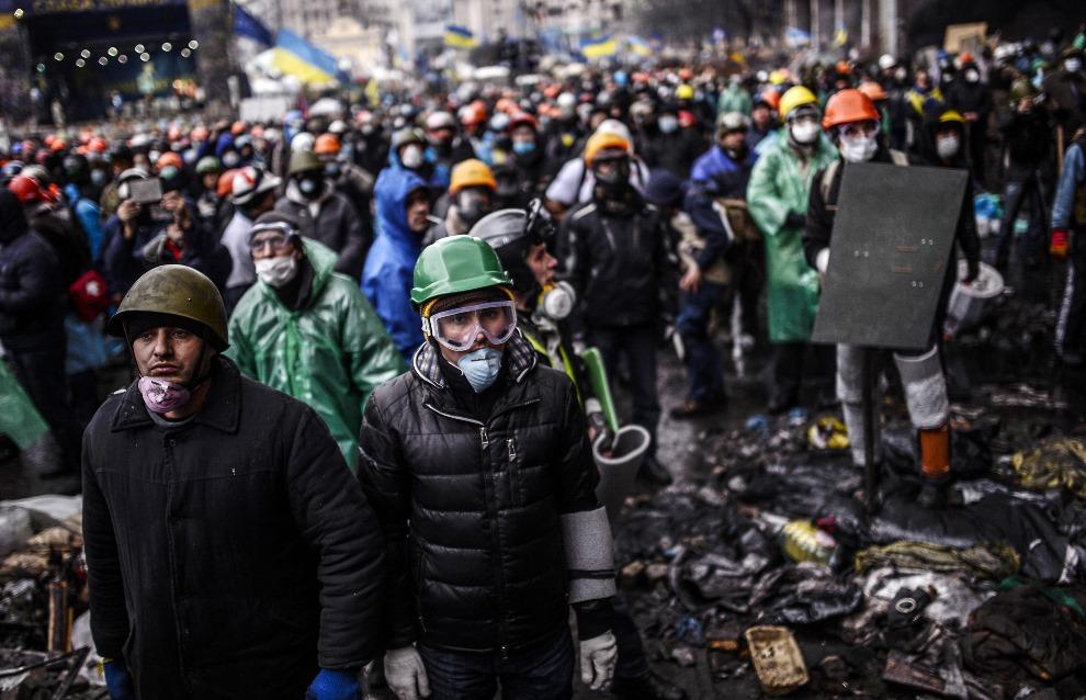 3.UKRAINA, Kijów, 20 lutego 2014: Tłum protestujących stojący naprzeciw oddziałów milicji. AFP PHOTO/BULENT KILIC